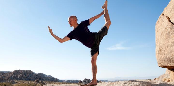 Hombre practica yoga al aire libre
