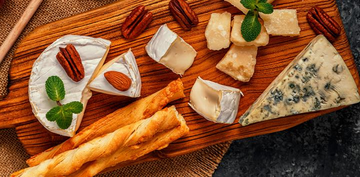 6. Palitos de queso y almendras crudas