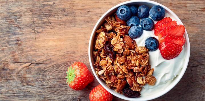 3. Yogur griego con salvado de avena, almendras laminadas y frutas del bosque