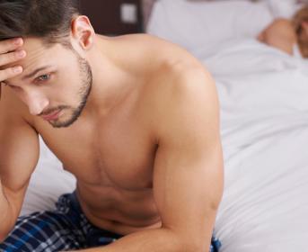 Hombre padece disfunción erectil