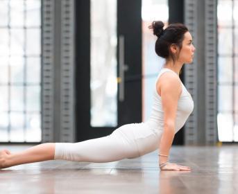 Estiramiento de espalda en el yoga