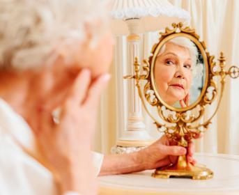 Mujer mayor mirándose en un espejo