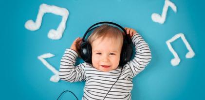 Un bebé escucha música con unos cascos