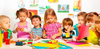 Niños pintando en una guardería alemana