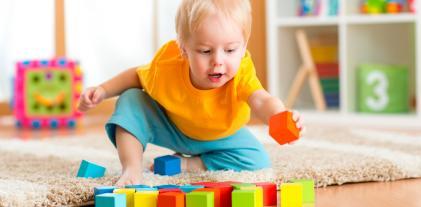 Niño jugando con los cubos
