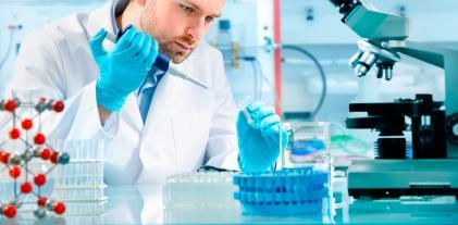 Un investigador realiza pruebas en un laboratorio