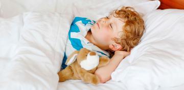 Niño durmiendo con peluche