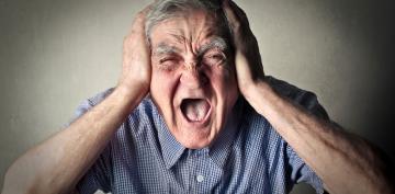 Anciano sufriendo un episodio de delirium