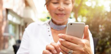 Mujer mayor usando el móvil
