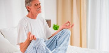 Hombre mayor meditando