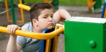 Niño con obesidad infantil y baja autoestima