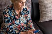 Anciana con alzhéimer usando móvil
