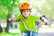 Niño practicando ejercicio con la bici