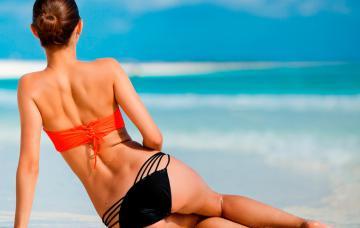 Mujer en el playa luce los hoyuelos de Venus