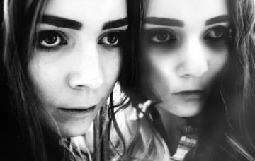 Chica reflejada en un espejo