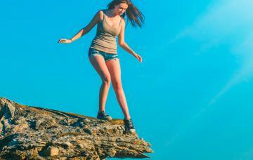 Mujer con miedo a las alturas