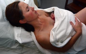 Mujer con atonía uterina en el posparto