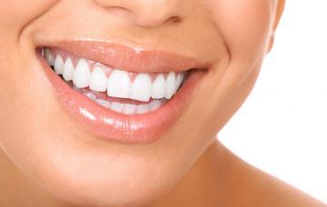 Mujer sonriendo con dientes muy blancos