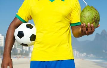 Futbolista brasileño bebiendo zumo de fruta
