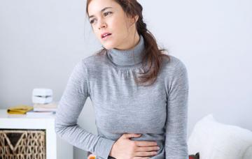 Chica con gastritis