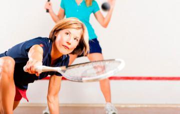 Dos mujeres practican squash