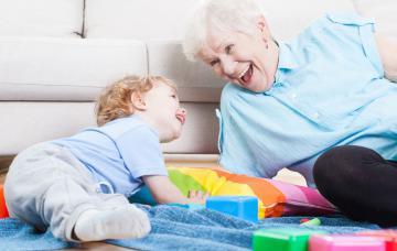 Disfruta con tu nieto cuando aún es un bebé