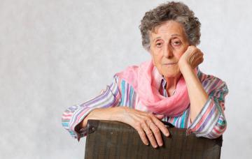 Mujer mayor con una maleta