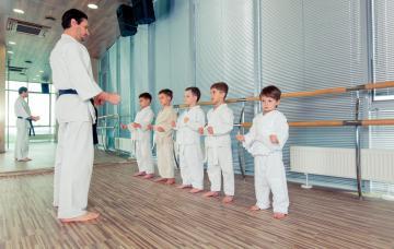 Niños practicando judo