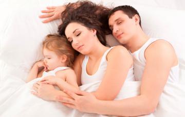 Padres practicando el colecho con su hijo