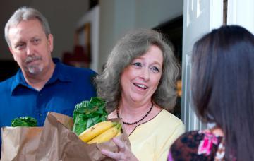 Una pareja mayor recibe su comida a domicilio