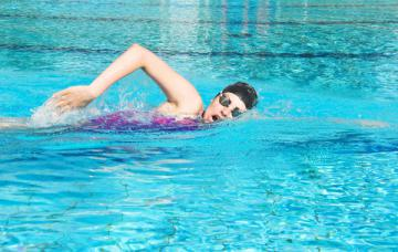 Mujer practicando la natación