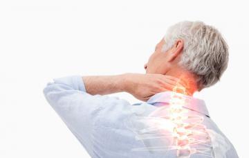 Un hombre mayor se toca el cuello dolorido