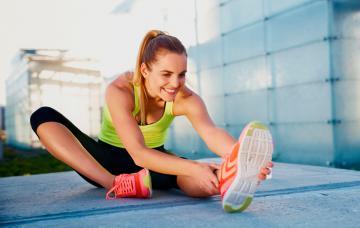 Deportista estirando antes de entrenar