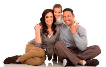 Una pareja junto a su hija