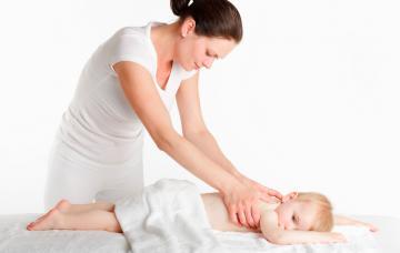 Experta en fisioterapia infantil trabajando con un bebé