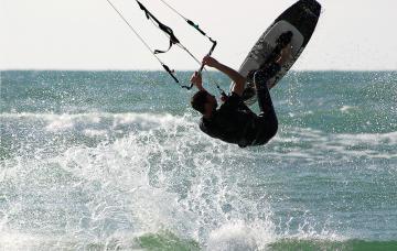 Prueba el kitesurf, el deporte de moda