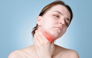 Mujer con laringitis