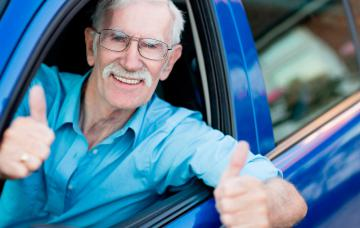 Un hombre mayor al volante de su coche