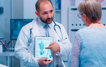 Anciano con dolor de espalda debido a la osteomalacia