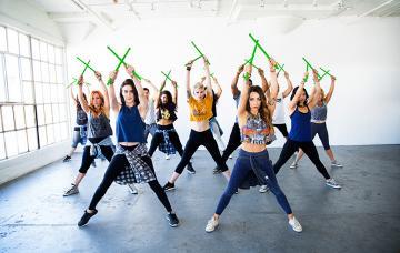 Grupo practicando Pound fitness