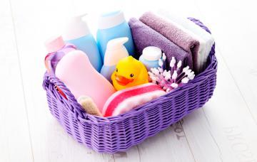Cesta con productos de higiene para el bebé