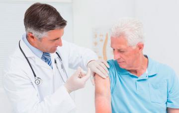 Vacunación de una persona de la tercera edad