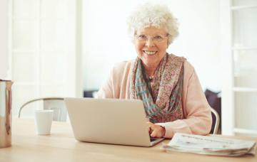 Una anciana se beneficia de las ventajas de la banca online