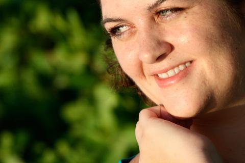 La enfermedad de Graves, más frecuente en mujeres, es la causa más común de hipertiroidismo