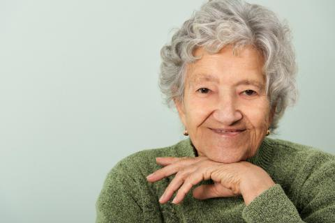 Mujer con osteoporosis