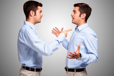 Causas del diálogo interno negativo: por qué nos hablamos mal