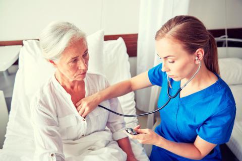 Doctora mide el ritmo cardiaco a paciente