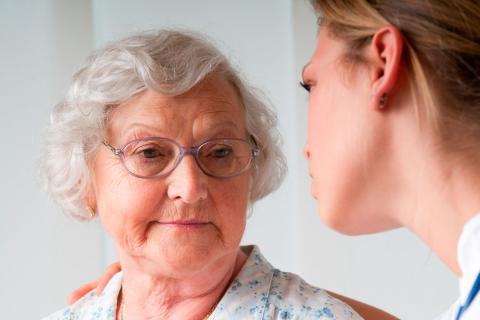 Una mujer mayor escucha a una familiar