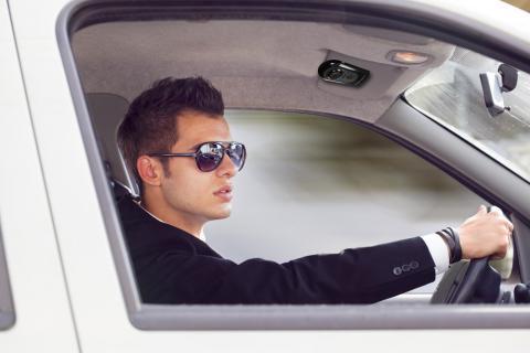 Resultado de imagen de conducir un coche gafas de sol