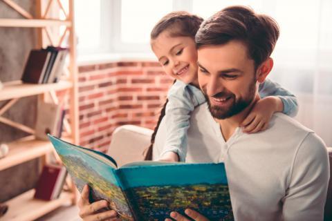 Padre leyendo un cuento con su hija